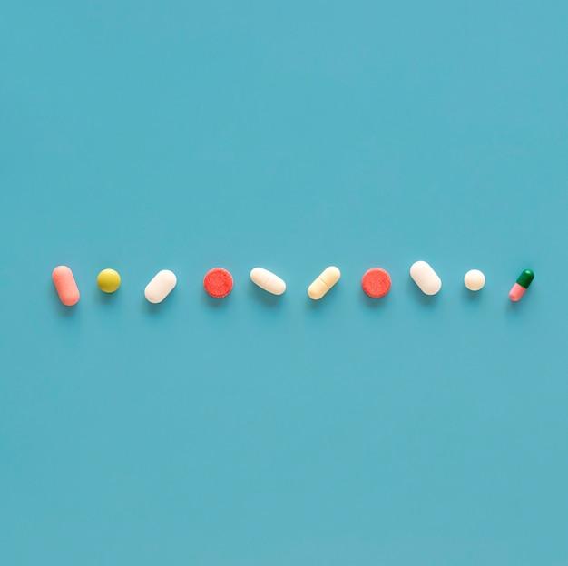Bovenaanzicht van assortiment van pillen in lijn