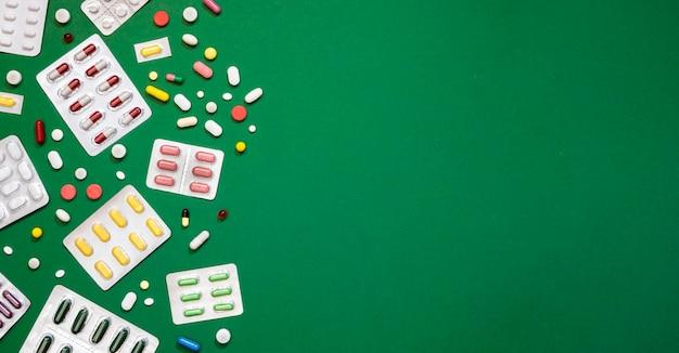 Bovenaanzicht van assortiment van pillen met kopie ruimte