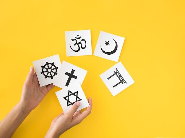 Bovenaanzicht van assortiment van religieuze symbolen