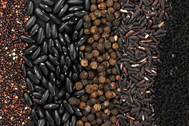 Bovenaanzicht van assortiment van specerijen en zaden