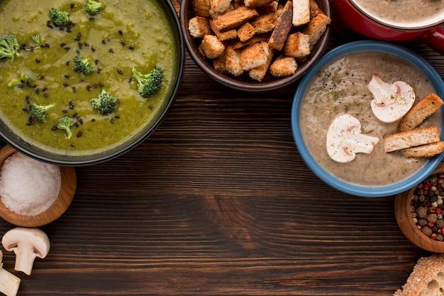 Bovenaanzicht van assortiment winter champignons en broccoli soepen met kopie ruimte