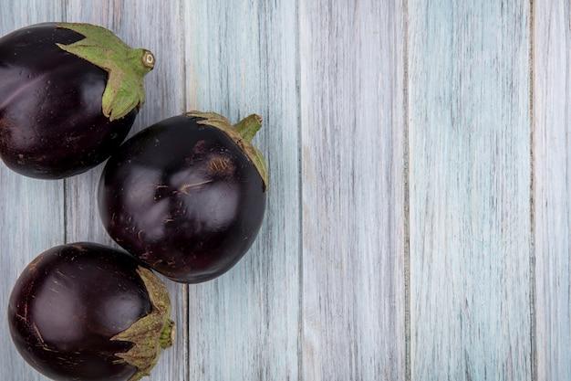 Bovenaanzicht van aubergines op houten achtergrond met kopie ruimte