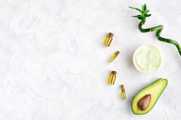 Bovenaanzicht van avocado en bamboe olie en scrub voor spa schoonheidsbehandeling gebruik