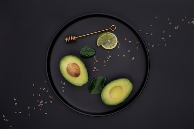 Bovenaanzicht van avocado en limoen op plaat