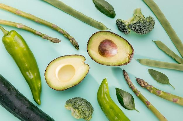 Bovenaanzicht van avocado met asperges en spinazie