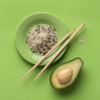 Bovenaanzicht van avocado met bord rijst