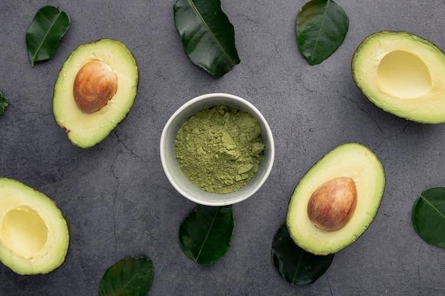 Bovenaanzicht van avocado met pit en bladeren