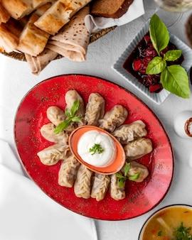 Bovenaanzicht van azerbaijani gurza dumplings geserveerd met yoghurt