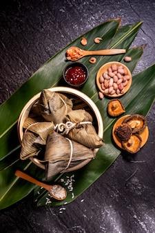 Bovenaanzicht van aziatische chinese zelfgemaakte zongzi - rijstbol eten voor dragon boat festival