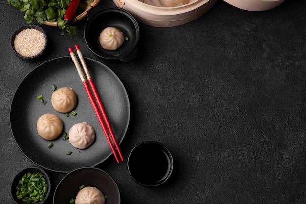 Bovenaanzicht van aziatische dumplings met stokjes en kopieer de ruimte