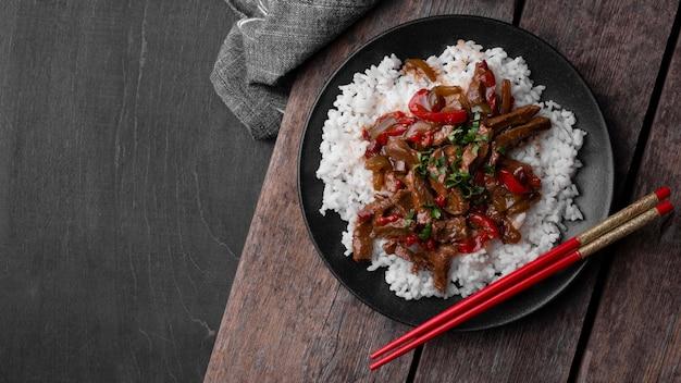 Bovenaanzicht van aziatische schotel met rijst en vlees