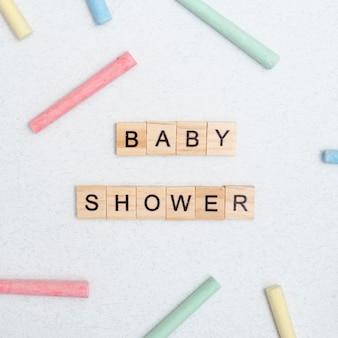 Bovenaanzicht van babyshows en kleurrijk krijt