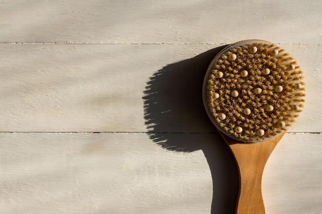Bovenaanzicht van bad bamboe borstel voor droge massage