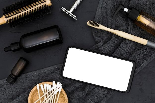 Bovenaanzicht van bad concept accessoires met smartphone