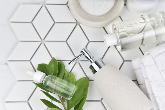 Bovenaanzicht van badkamerbenodigdheden voor hotelservice, cosmetische producten