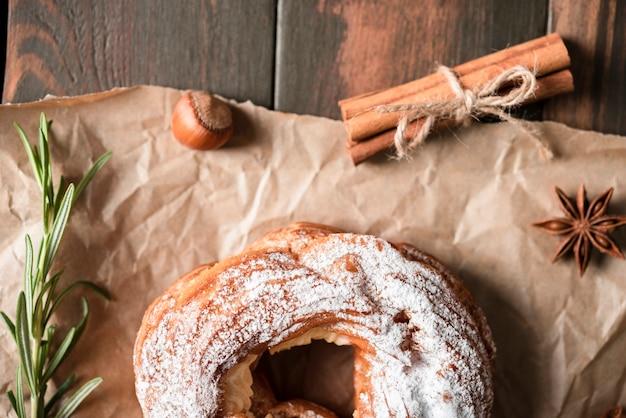 Bovenaanzicht van bagel met rozemarijn en kaneel