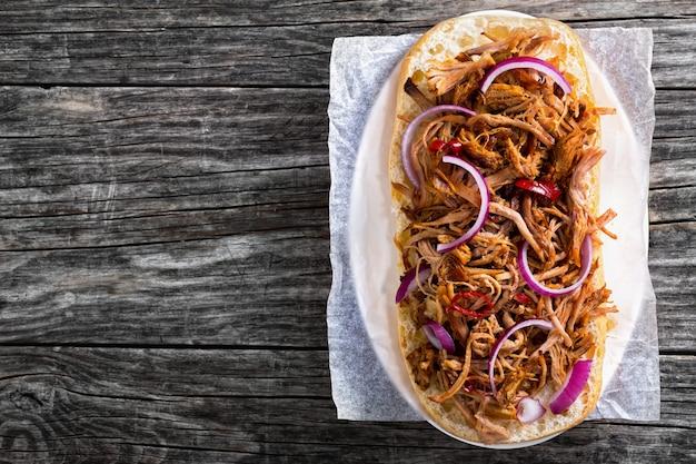 Bovenaanzicht van barbecue getrokken varkensvlees ciabatta sandwich