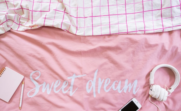 Bovenaanzicht van beddengoed lakens roze minimalistische stijl.