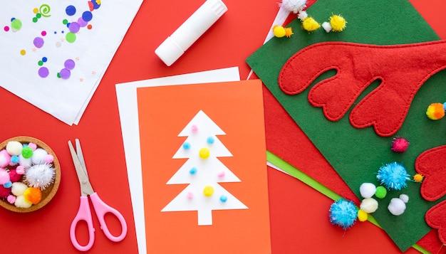 Bovenaanzicht van benodigdheden voor het maken van kerstcadeaus met een schaar