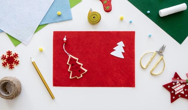 Bovenaanzicht van benodigdheden voor het maken van kerstcadeaus met een touwtje en een schaar