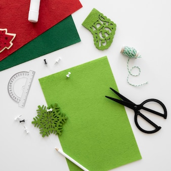 Bovenaanzicht van benodigdheden voor het maken van kerstcadeaus met schaar en papier