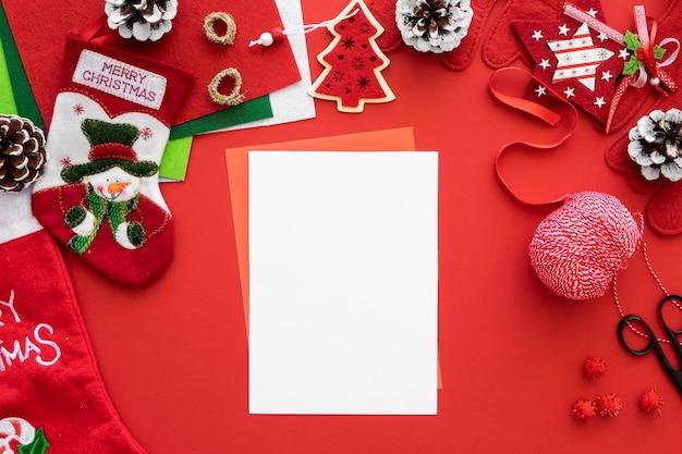 Bovenaanzicht van benodigdheden voor het maken van kerstcadeaus