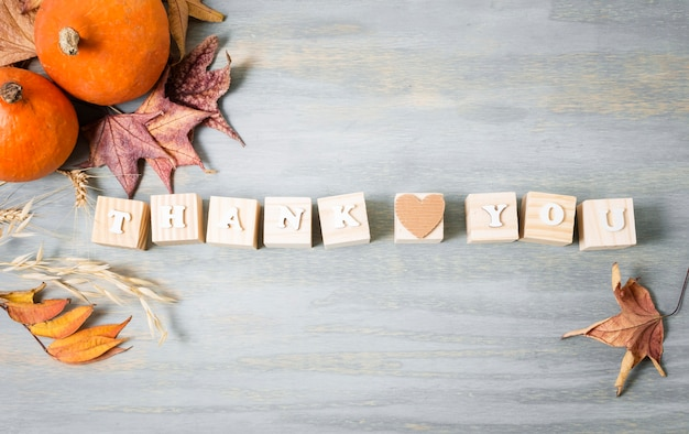 Bovenaanzicht van bericht voor thanksgiving met herfstbladeren