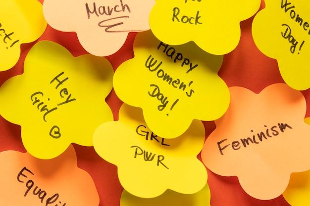 Bovenaanzicht van berichten op plaknotities voor vrouwendag