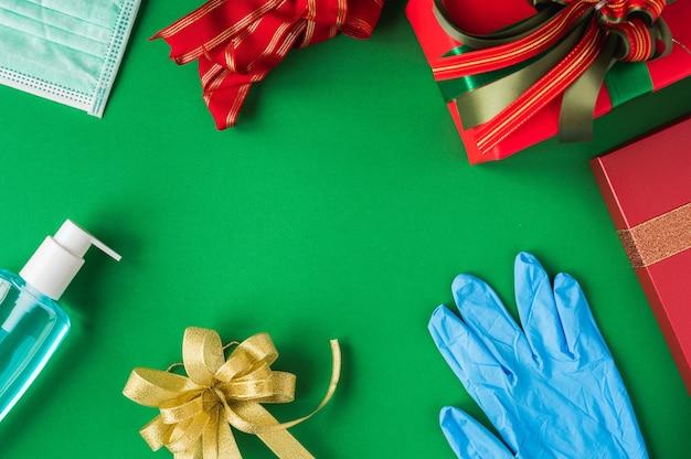 Bovenaanzicht van beschermend masker met alcoholgel en rubberen handschoenen
