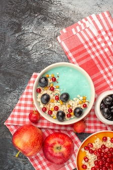 Bovenaanzicht van bessen kleurrijke bessen havermout appels zaden van granaatappel op het tafellaken