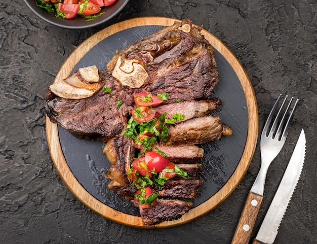 Bovenaanzicht van biefstuk met bestek