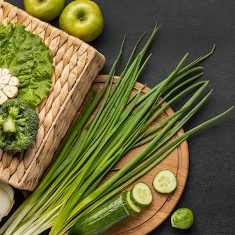 Bovenaanzicht van bieslook met komkommer en appels
