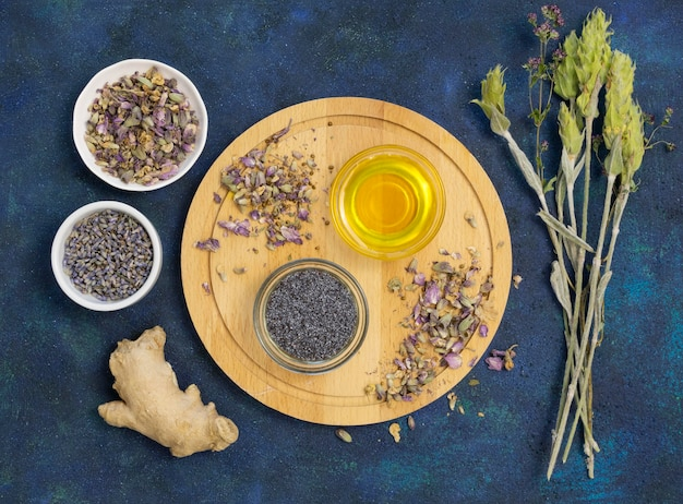 Bovenaanzicht van biologische medicinale kruiden en specerijen
