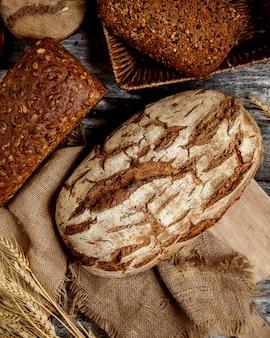 Bovenaanzicht van biologische volkoren brood geplaatst op linnen stof