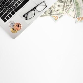 Bovenaanzicht van bitcoin op laptop met een bril