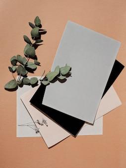 Bovenaanzicht van bladeren met papieren