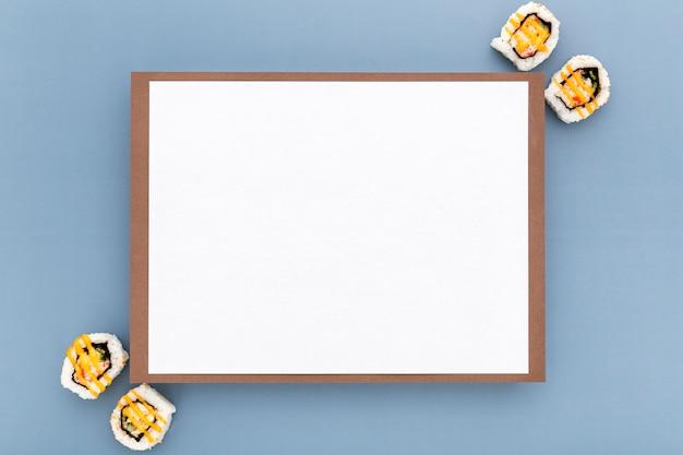 Bovenaanzicht van blanco menu papier met sushi
