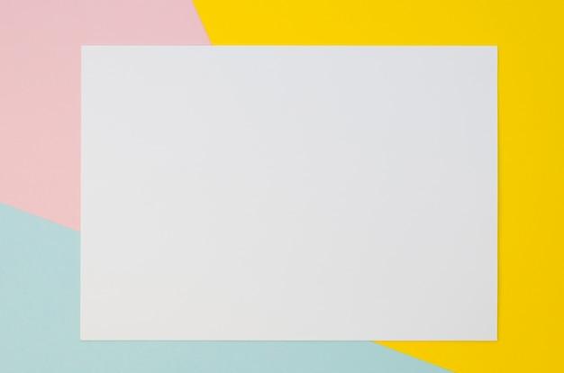 Bovenaanzicht van blanco papier met pastel gekleurde achtergrond