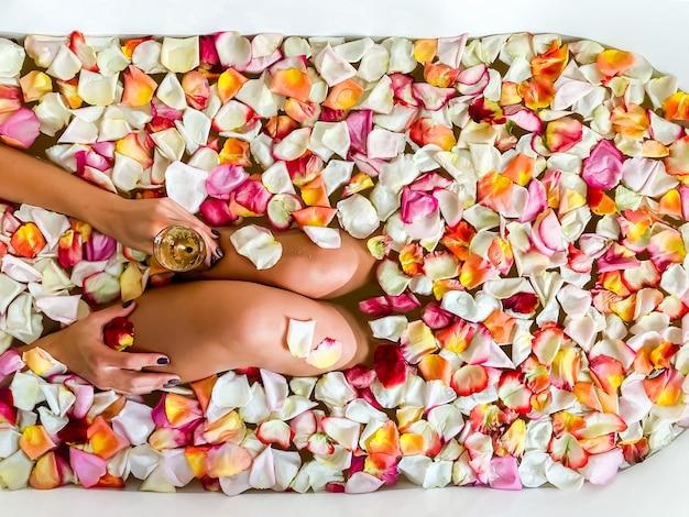 Bovenaanzicht van blanke vrouw in zwembroek zitten in badkuip met