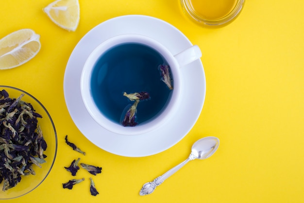 Bovenaanzicht van blauwe bloem thee in de beker