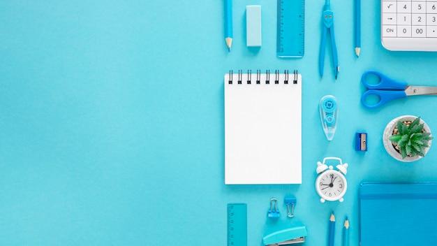 Bovenaanzicht van blauwe maandag concept met kopie ruimte