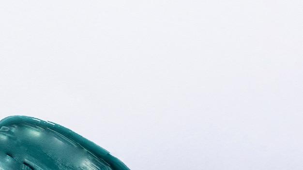 Bovenaanzicht van blauwe verf op oppervlak met kopie ruimte