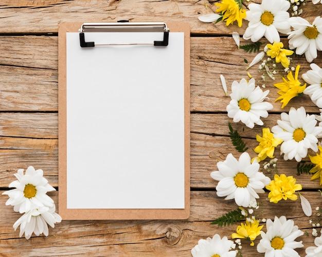 Bovenaanzicht van bloemen concept op houten tafel