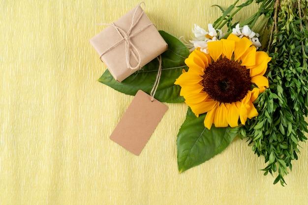 Bovenaanzicht van bloemen met cadeaus en tags