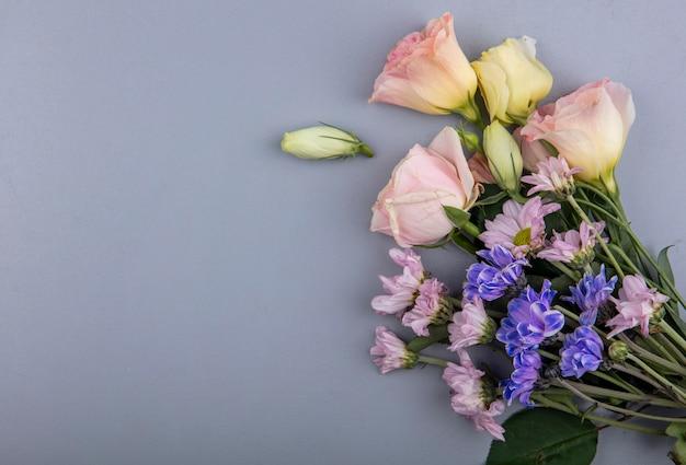 Bovenaanzicht van bloemen op grijze achtergrond met kopie ruimte
