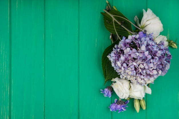 Bovenaanzicht van bloemen op groene achtergrond met kopie ruimte