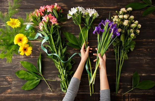 Bovenaanzicht van bloemen, proces om boeket te maken