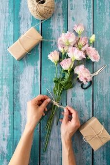 Bovenaanzicht van bloemenboeket met cadeau