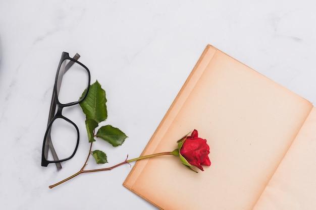 Bovenaanzicht van boek en bloem