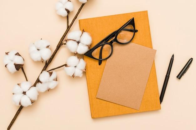 Bovenaanzicht van boek en orchideeën